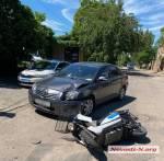 Днем в субботу, 19 июня, на улице Строителей в Николаеве электроскутер врезался в автомобиль Toyota Avensis