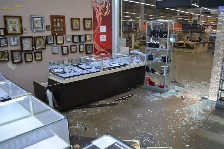ВНиколаеве натри млн  грн  ограбили ювелирный магазин— Четверо вмасках