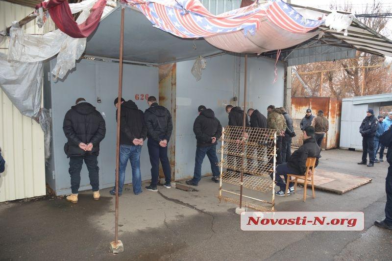 Стрельба игранаты. ВНиколаеве полицейские штурмовали рынок Колос, захваченный вооруженной бандой