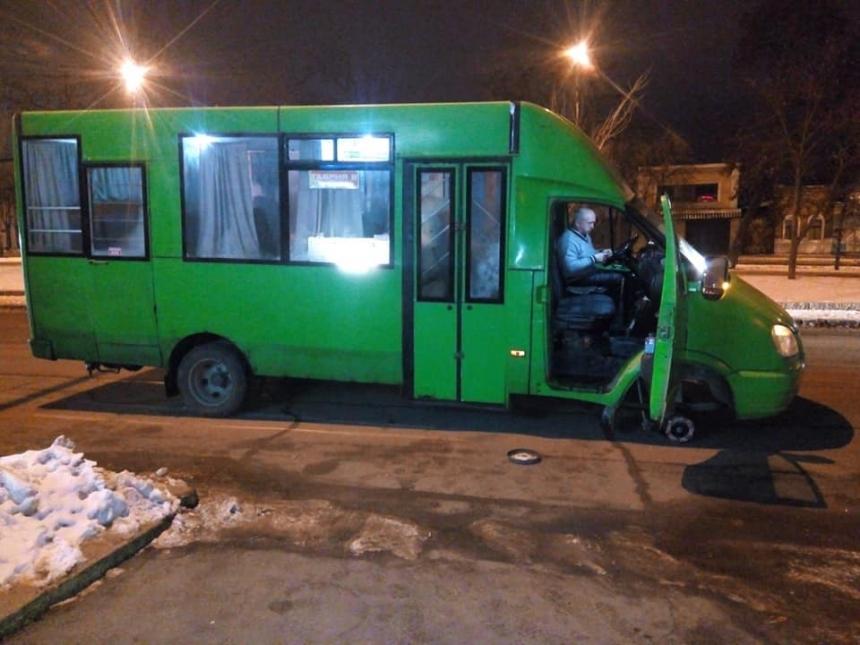 У маршрутного такси №16 отлетело на ходу колесо (фото)