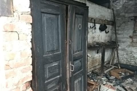 В Николаевской области горело заброшенное здание (фото)