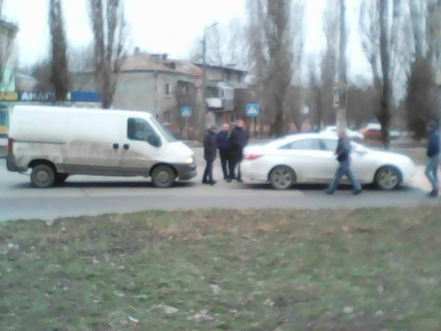 Полицейская легковушка столкнулась с микроавтобусом в Николаеве (фото)