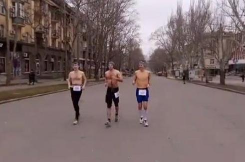Трое мужчин с голым торсом пробежались по Николаеву 14 февраля (фото)