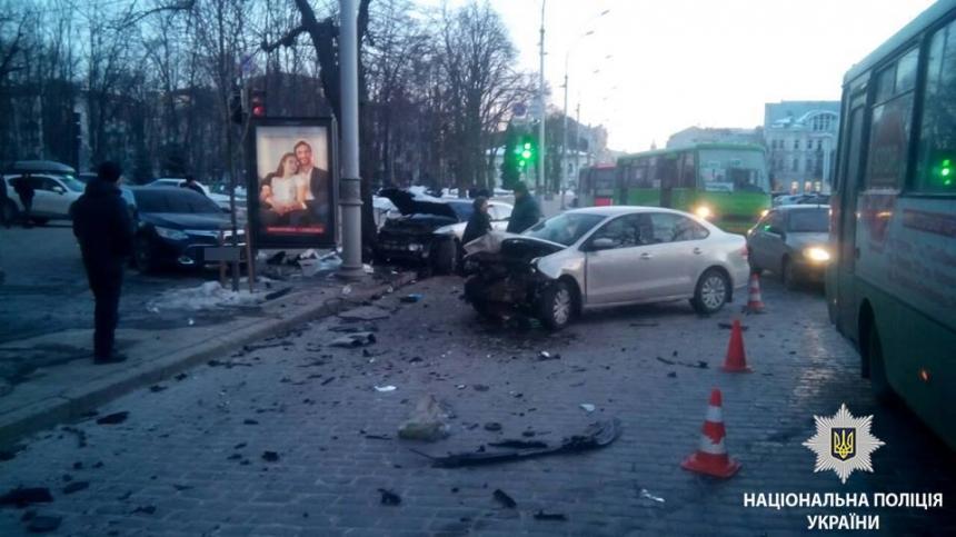 Вцентре Харькова случилось масштабное ДТП, есть пострадавшие
