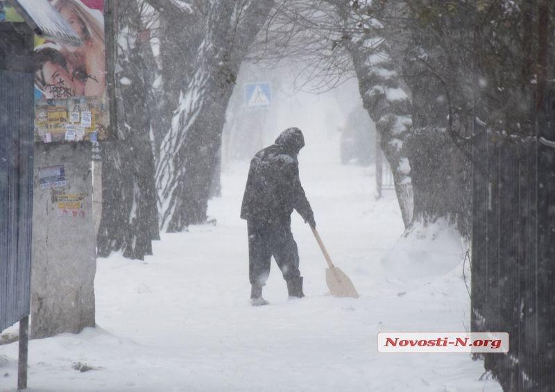 Стихия заметает николаевские улицы (видео)