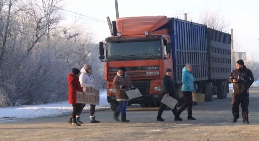 НаНиколаевщине люди блокируют дорогу  с«метровыми ямами», ожидают  пока приедет Гройсман