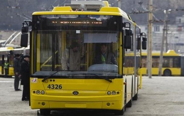 Львовские радикалы обклеили листовками исожгли польский автобус