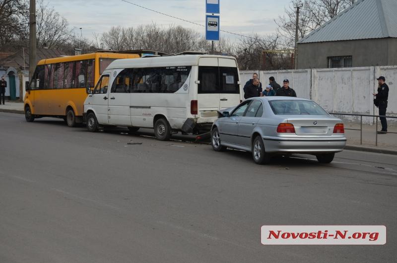 Автомобиль БМВ протаранил остановку в столице России