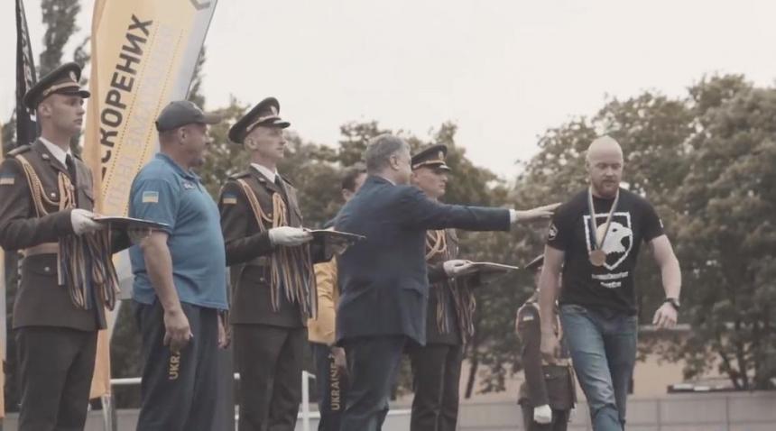 Ветеран отказался пожать руку Порошенко