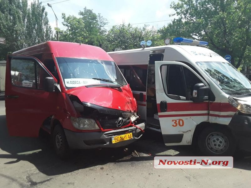 Вцентре Николаева тягач въехал втроллейбус, есть пострадавшие