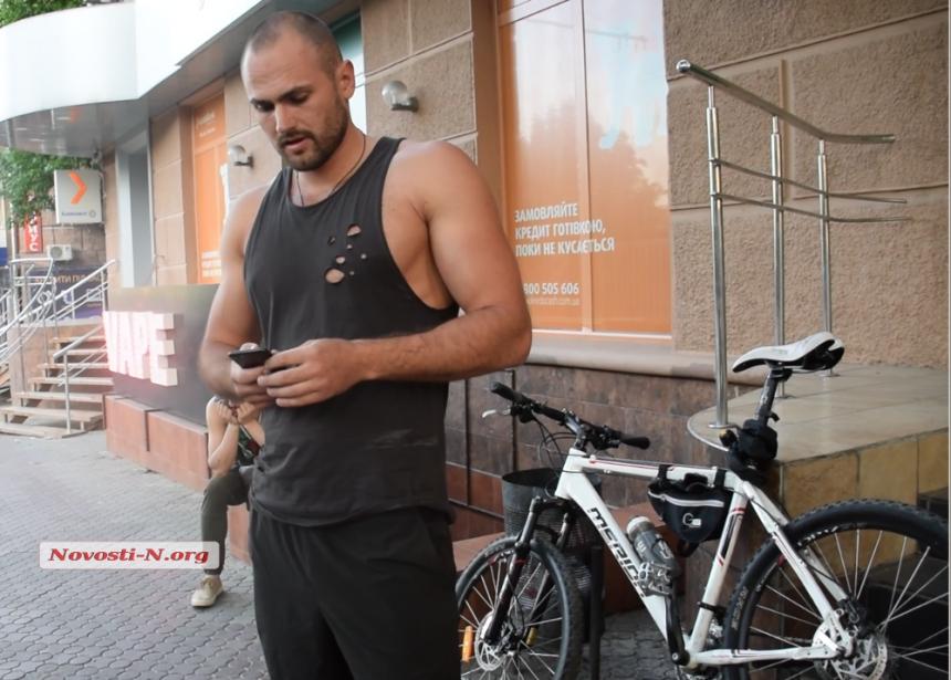 В Николаеве велосипедист «припечатал» ногой автомобиль, который его не