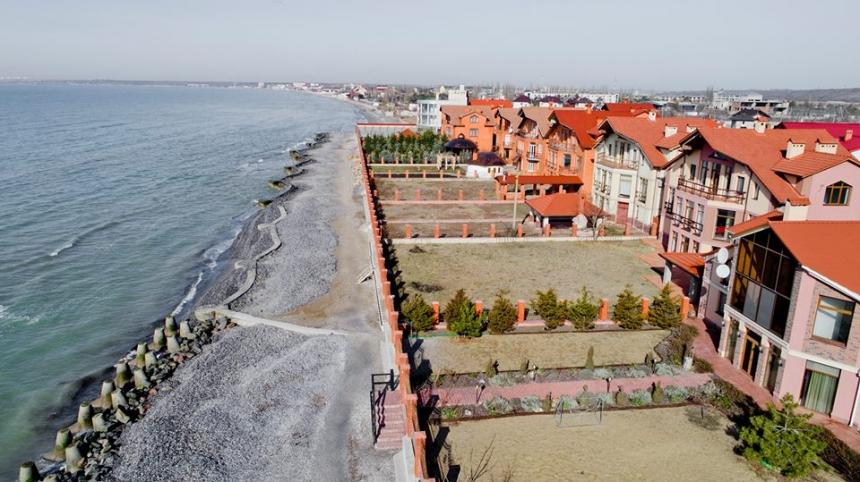 В Коблево 10 судей построили дома на пляже - теперь там размывает бере