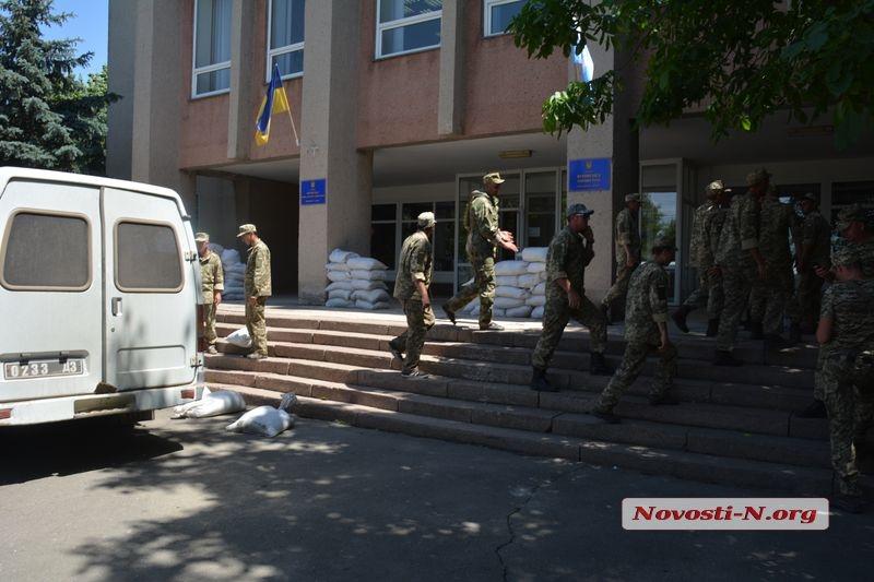 Витовскую райадминистрацию окружили люди с автоматами