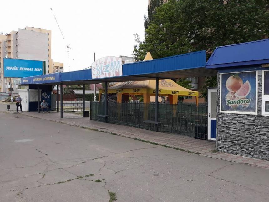 В Николаеве «наливайка» заняла остановку: пассажиры ждут трамвай под з