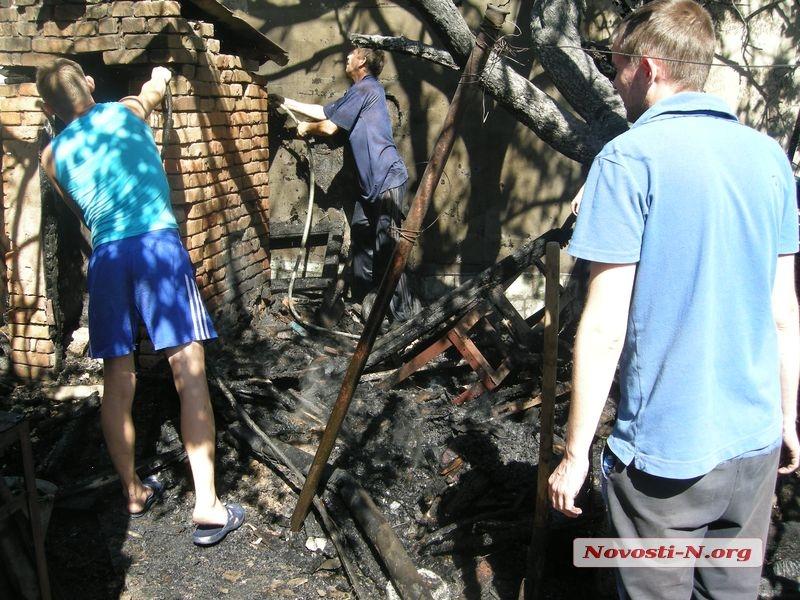 В Николаеве загорелся туалет — пожар перекинулся на жилой дом