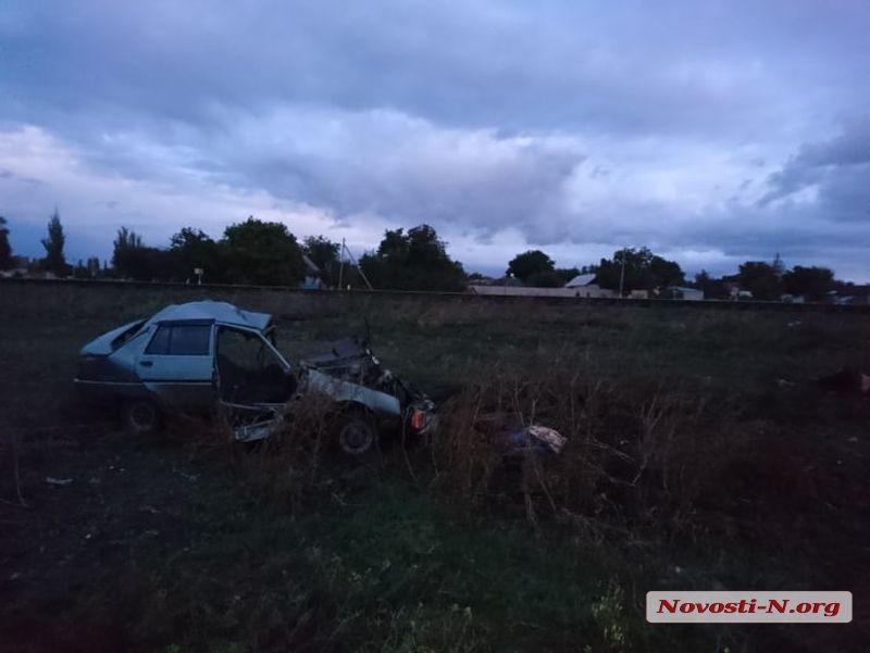 Поезд «Херсон-Киев» сбил легковушку, есть погибшие (ФОТО)(ВИДЕО) 18+