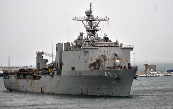 Большой десантный корабль ВМС США идет вЧерное море