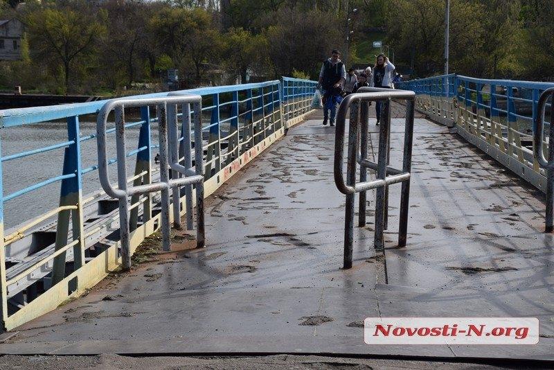 На пешеходном мосту в Николаеве срезали турникеты — теперь по нему мог