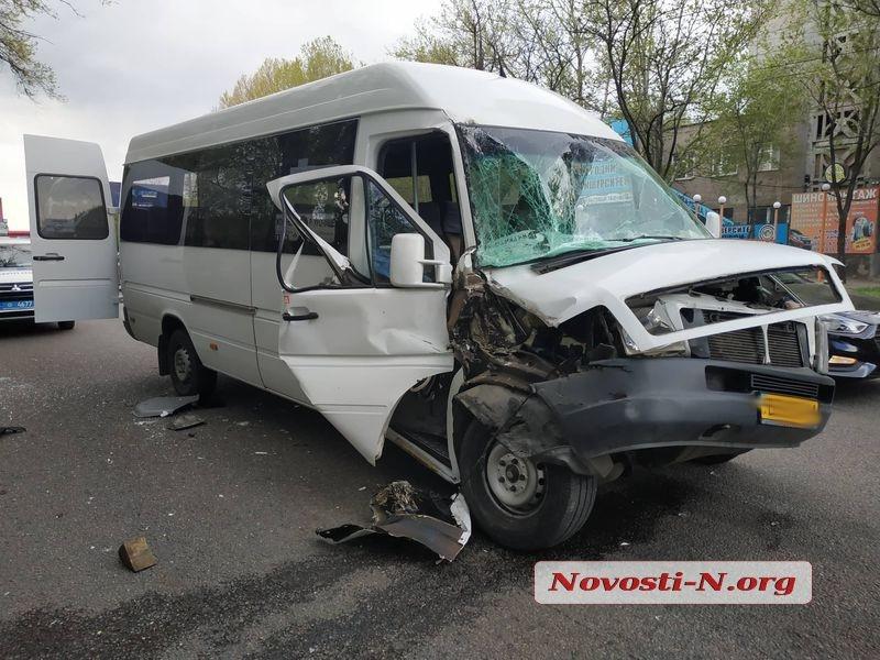 ВНиколаеве маршрутка врезалась в грузовой автомобиль: трое пострадавших