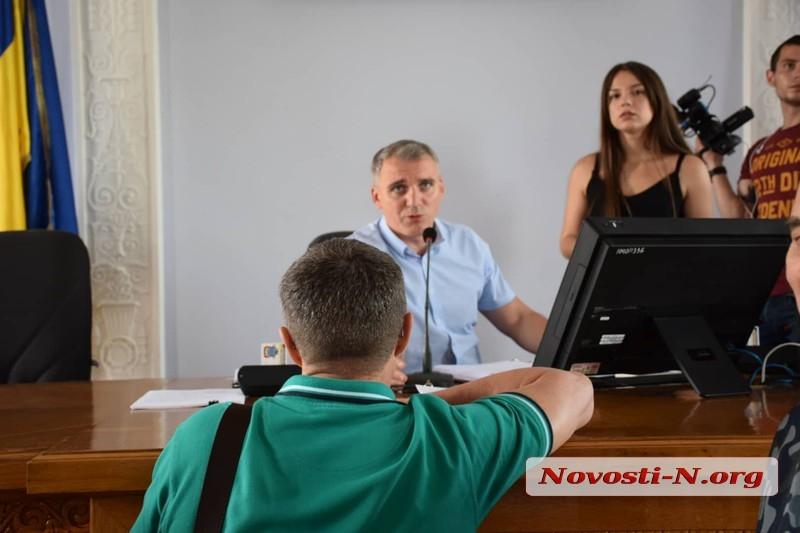 Мэру Сенкевичу прямо на сессию принесли маргарин и сосиски — он отказался извиняться