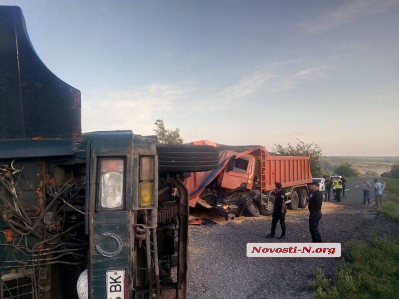 На трассе под Николаевом столкнулись грузовик и самосвал — движение по трассе частично заблокировано