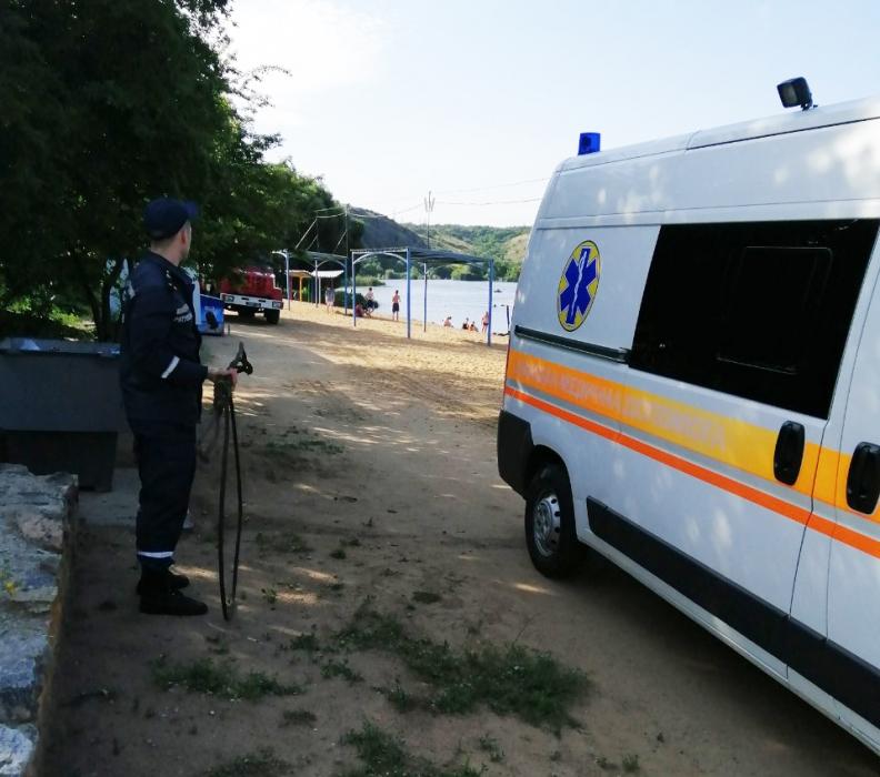 На Николаевщине «скорая» с больным застряла на пляже