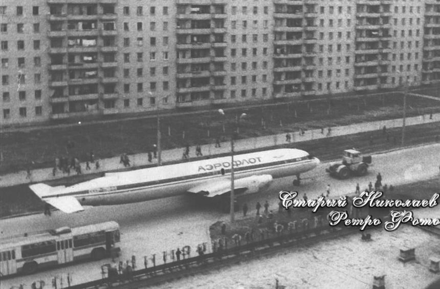 Появилось фото, как по Николаеву буксировали ИЛ-18, установленный у рынка «Колос»