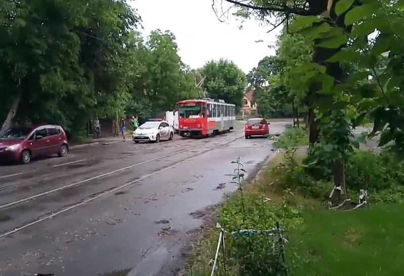 Николаевец показал, как патрульная машина заблокировала движение трамвая