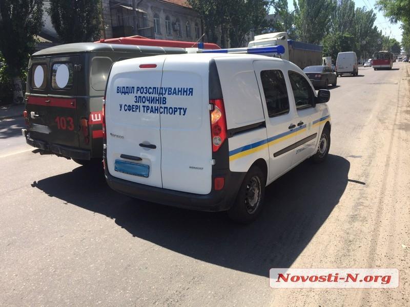 В центре Николаева столкнулись автомобиль полиции и скорая помощь