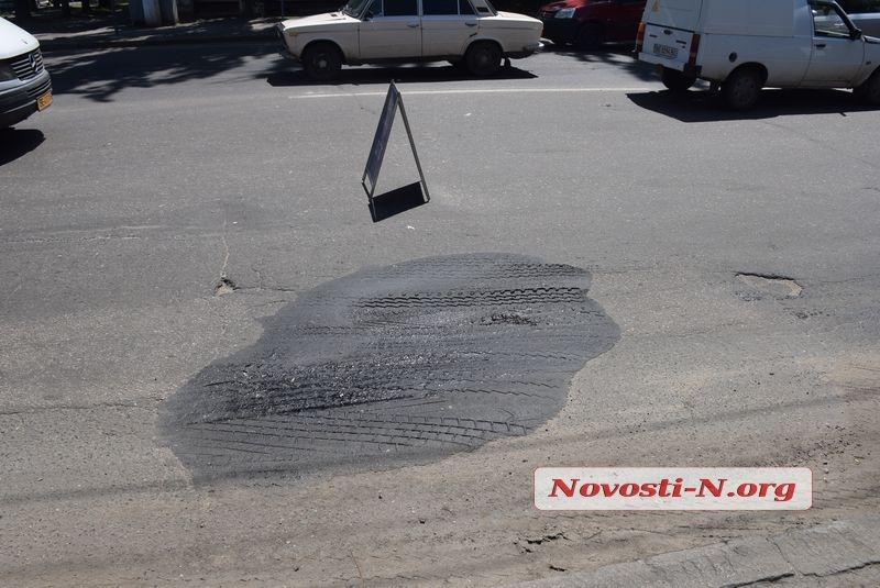 Ремонт дорог по-николаевски: свежеуложенные латки в асфальте уже «поплыли»