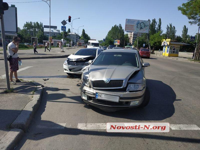 На перекрестке в Николаеве столкнулись «Шкода» и «Джили»