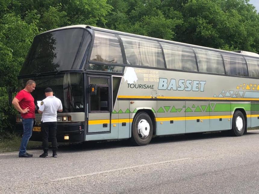 Отдых для детей от николаевской мэрии: автобусы остановили на трассе из-за нарушений перевозчика