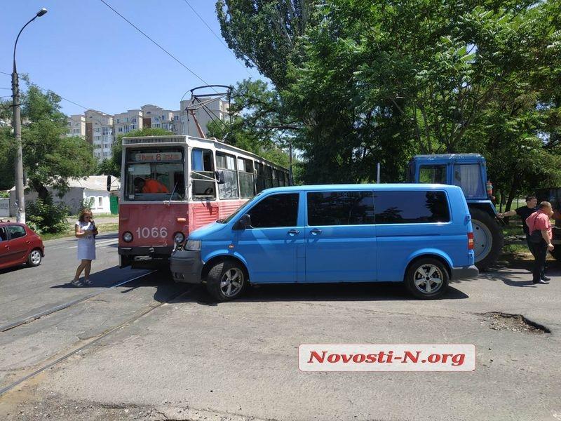 В центре Николаева микроавтобус врезался в трамвай