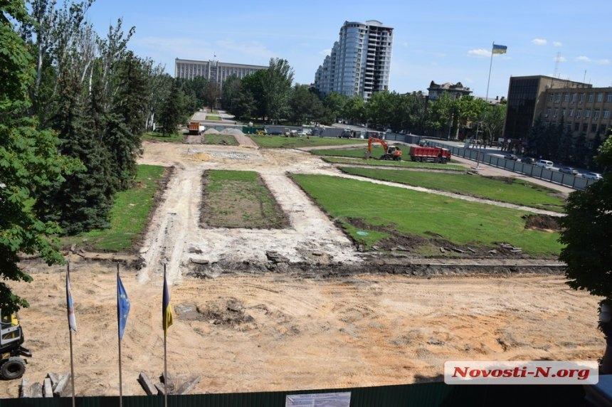 В рамках реконструкции площади Соборной в Николаеве спилили 45-летние ели