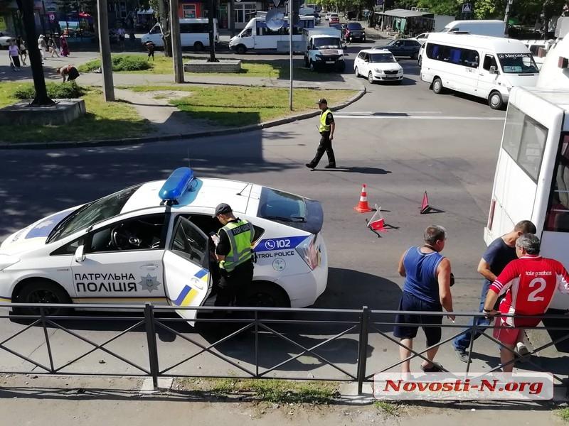 В центре Николаева седельный тягач столкнулся с маршруткой