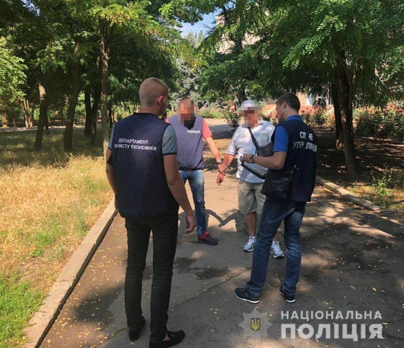 В Очакове на взятке 1000 долларов США попался депутат городского совета