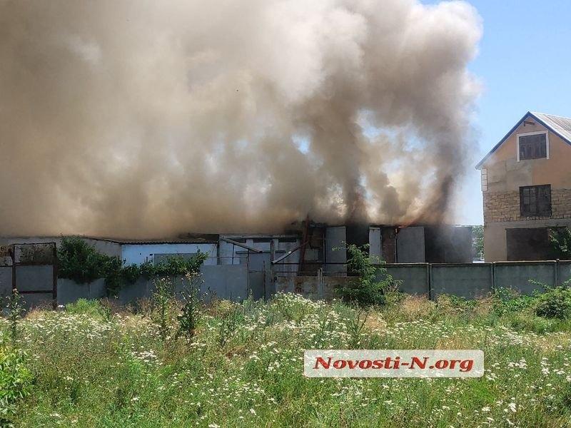 В масштабном пожаре в Николаеве сгорели два гаража и грузовик. ВИДЕО