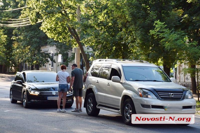 В центре Николаева столкнулись «Лексус» и «Фольксваген»