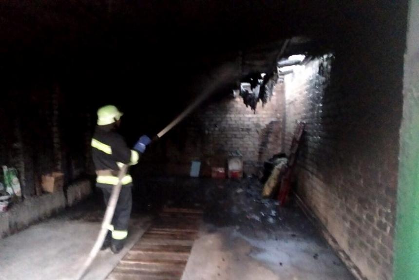 Ночью на Николаевщине горели гаражи и ВАЗ: спасены еще 5 машин