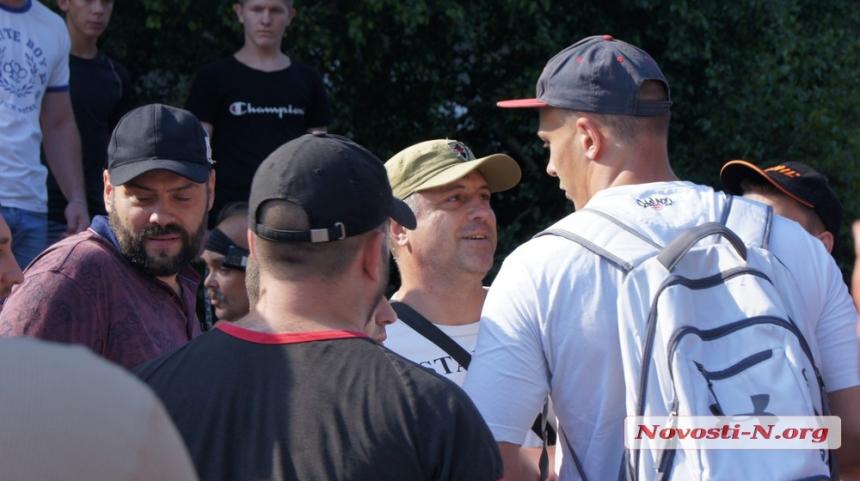 В Николаеве активисты срывали акцию сторонников Шария — в ход пошли зубочистки