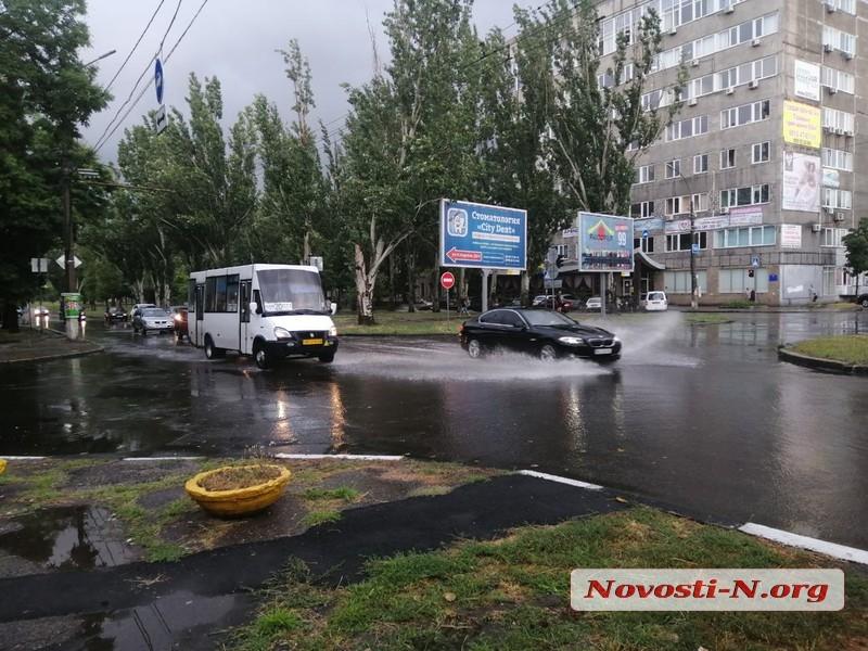 На Николаев утром обрушился ливень: часть улиц затопило. ВИДЕО