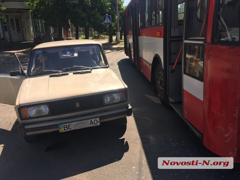 В центре Николаева троллейбус протаранил «ВАЗ»: движение затруднено