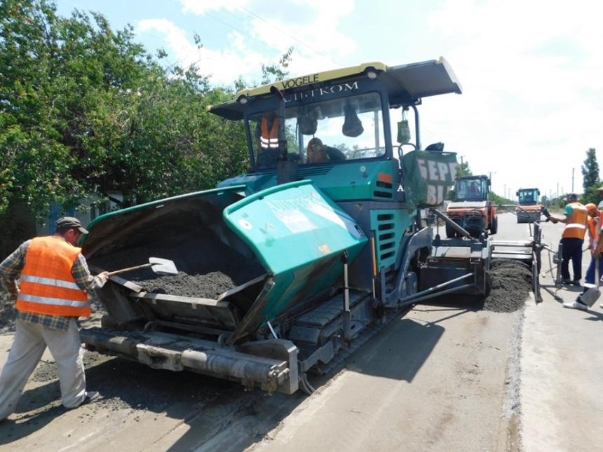На Николаевщине дорожники показали, как ремонтируют участок трассы Н-14