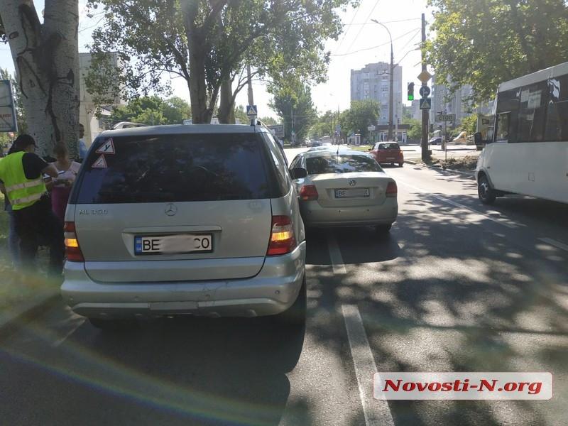 В центре Николаева столкнулись «Фольксваген» и «Мерседес» — на проспекте пробка