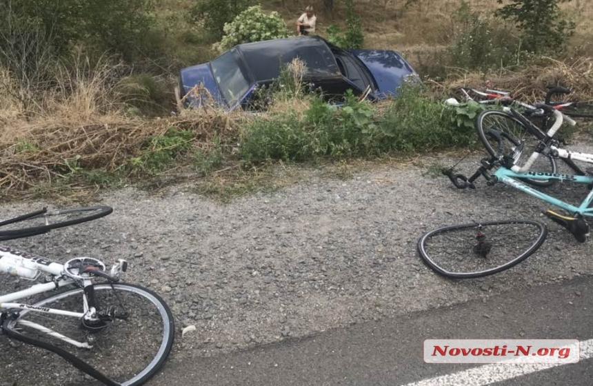 Под Николаевом автомобиль врезался в группу детей-велосипедистов — шестеро пострадавших