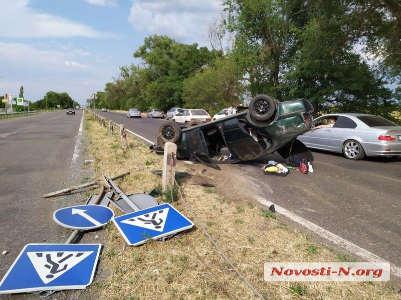 Под Николаевом девушка на «Шкоде» снесла бетонные столбы — автомобиль перевернулся