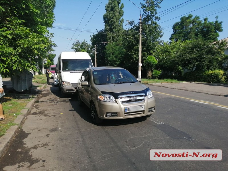 В центре Николаева столкнулись микроавтобус и «Шевроле»