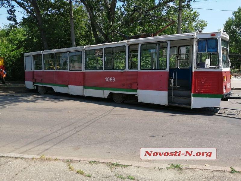 В центре Николаева трамвай сошел с рельсов и врезался в дерево