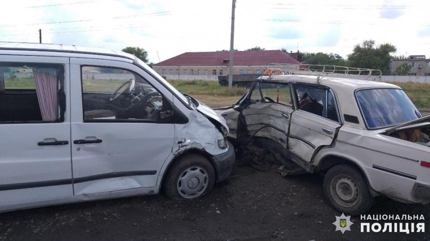 На Николаевщине столкнулись ВАЗ и микроавтобус — пострадал 16-летний водитель и трое детей