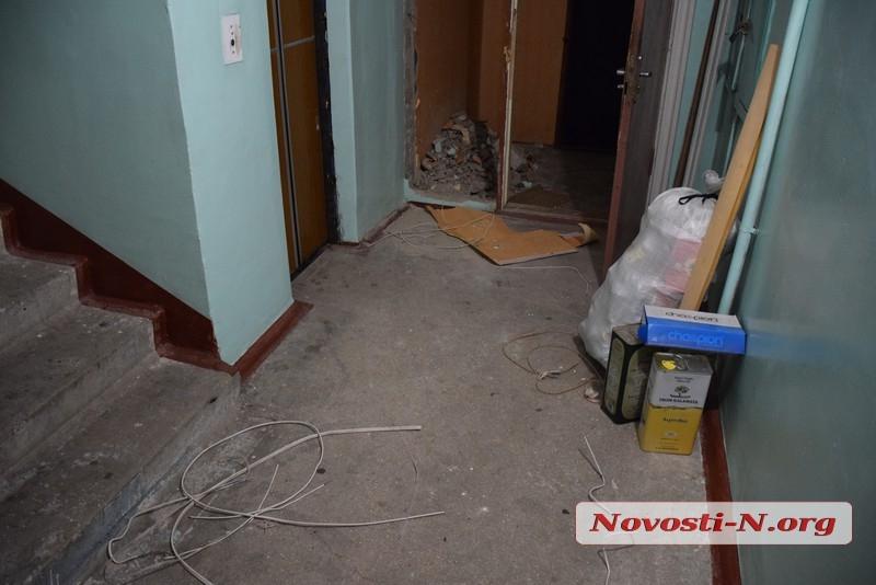 В Николаеве разбушевавшийся сосед выломал дверь и стену в тамбуре